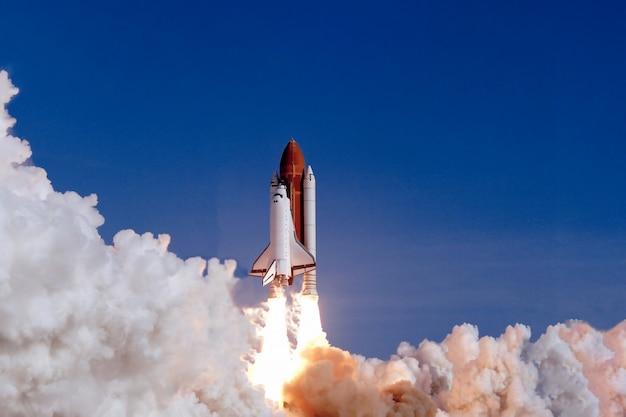 Il lancio della navetta spaziale sullo sfondo del cielo e del fumo. elementi di questa immagine forniti dalla nasa. foto di alta qualità