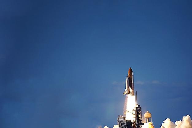 Lancio della navetta spaziale nello spazio. gli elementi di questa immagine sono stati forniti dalla nasa. foto di alta qualità