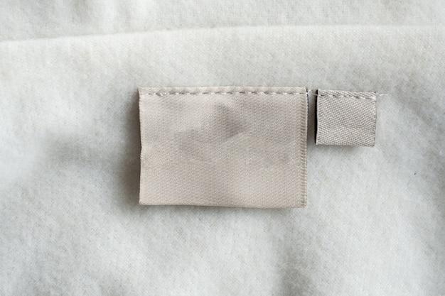 Etichetta di abbigliamento per la cura del bucato sulla trama del tessuto