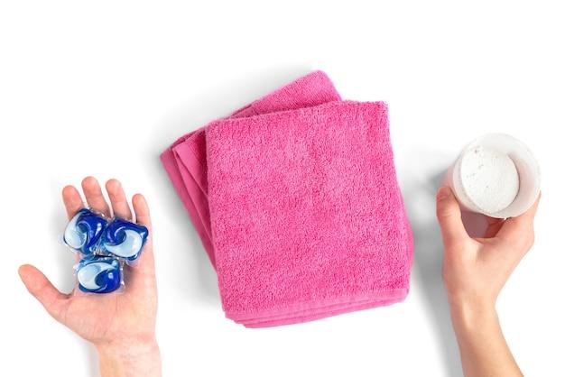 Il detersivo per bucato ordina la varietà in polvere e capsule nella dose di lavaggio isolata su bianco