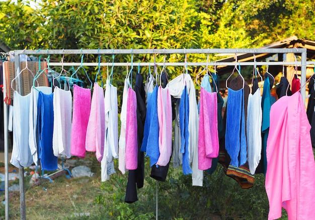 Linea di lavanderia con linea di vestiti in casa