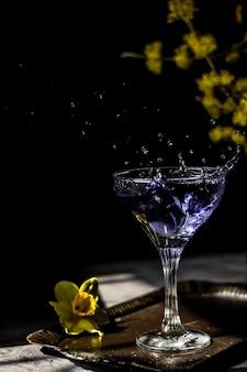 Cocktail di lavanda su sfondo scuro e lunatico