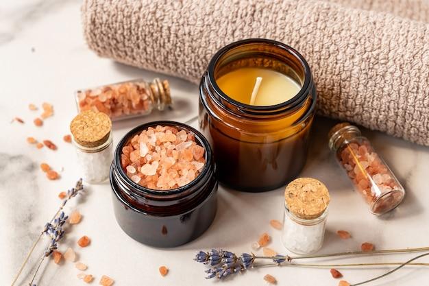 Sale alla lavanda con prodotti termali naturali e decorazioni per il bagno su fondo marmo.