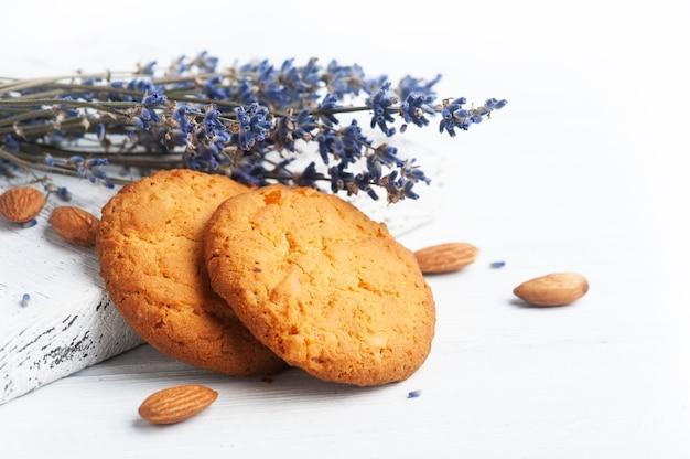 Biscotti alla lavanda sul tagliere rustico su bianco