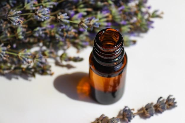 Primo piano dell'olio essenziale di lavanda cosmetico naturale per viso e corpo aromaterapia messa a fuoco selettiva