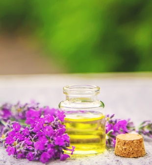 Olio essenziale di lavanda in una piccola bottiglia. messa a fuoco selettiva. natura.