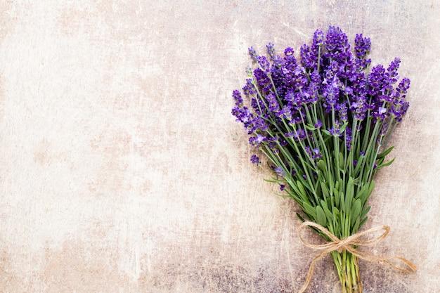 Fiori di lavanda, bouquet su fondo rustico, sovraccarico. Foto Premium