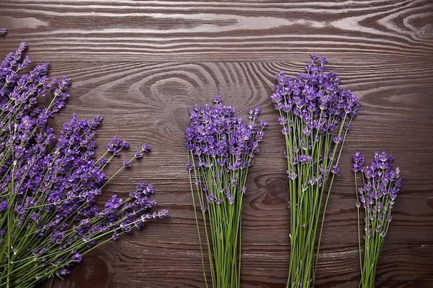 Fiori di lavanda su una superficie di legno