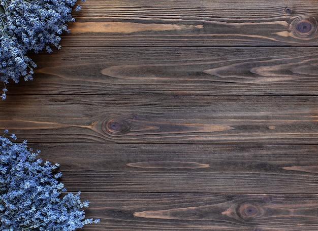 Cornice lavanda su fondo di legno scuro