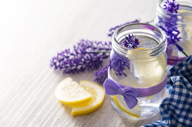 Bevanda della limonata della lavanda in barattolo sulla tavola di legno