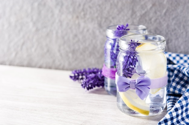 Bevanda della limonata della lavanda sulla tavola di legno bianca