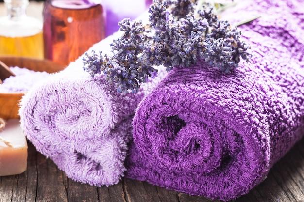 Spa alla lavanda - olio essenziale, sale marino, asciugamani viola e sapone fatto a mano