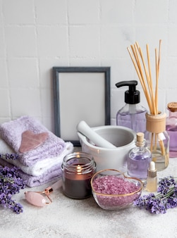 Lavender spa asciugamani e rullo per il viso con oli essenziali di sale marino