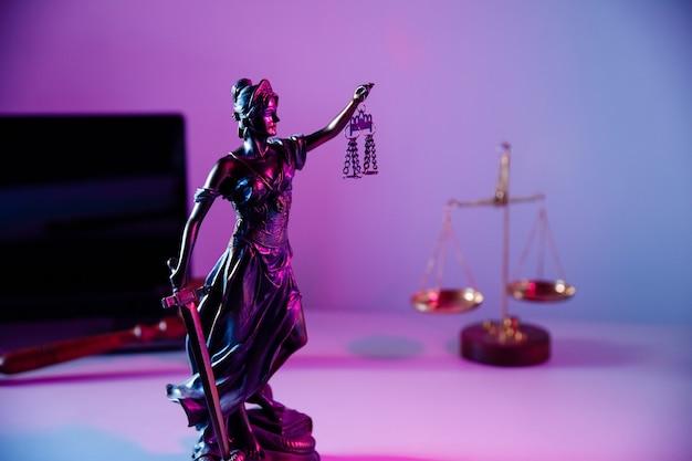 Concetto di diritto. statua in bronzo lady justice che tiene bilancia e spada nell'ufficio del notaio.