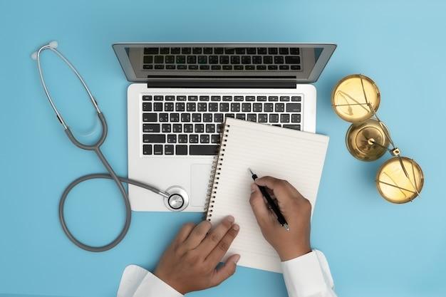 Concetto di legge giudice legge medico conformità della farmacia regole aziendali sanitarie.