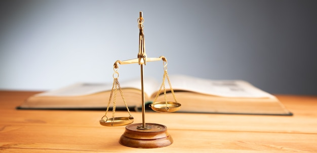 Concetto di diritto, bilancia della giustizia e libro