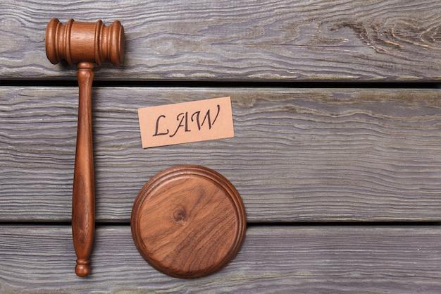 Concetto di diritto e giustizia. martelletto in legno e blocco del suono.