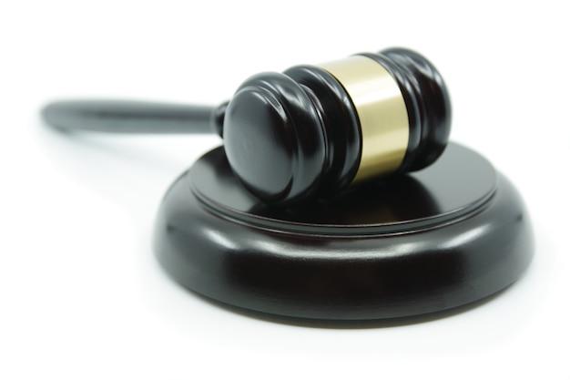 Martelletto del giudice di giustizia e di legge su una superficie bianca concetto di legalità