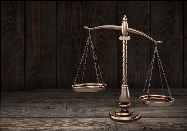 Scale di legge sullo sfondo della tabella. simbolo di giustizia