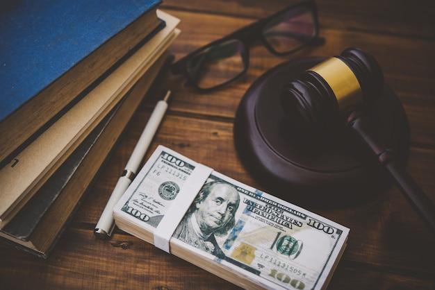 Tema legale, mazza del giudice, forze dell'ordine, casi basati sulle prove e documenti presi in considerazione.