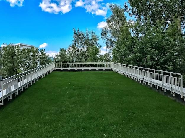 Il prato di erba artificiale verde è posato in modo uniforme su un tetto