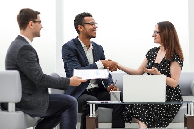 Avvocato e partner commerciali in una riunione in ufficio