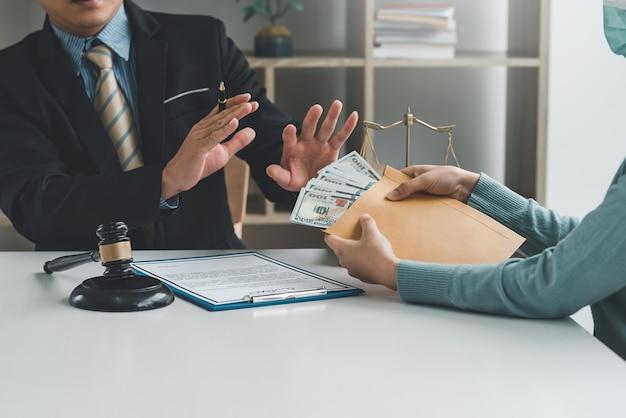 L'uomo d'affari avvocato rifiuta tangenti dal concetto di corruzione dei clienti.