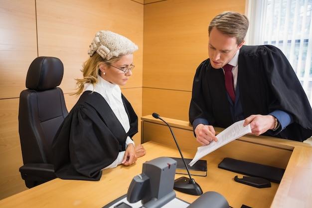 Avvocato che parla con il giudice Foto Premium