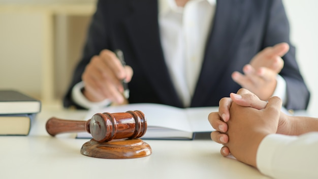 Gli avvocati offrono consulenza legale ai clienti.