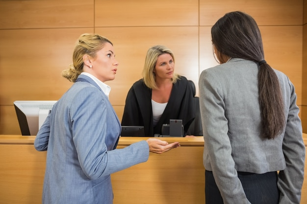 Avvocati che parlano con il giudice Foto Premium
