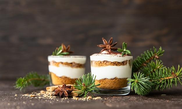 Dessert a strati in barattolo di vetro con crumble di biscotti e crema pasticcio di cheesecake senza cottura o budino