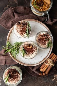 Dessert a strati con crumble di biscotti e panna montata zuppa di cheesecake senza cottura o budino