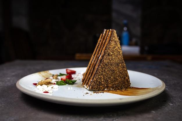 Torta al miele a strati. bel dessert che serve in un caffè?