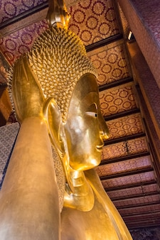Posa del tempio del buddha a bangkok, in thailandia