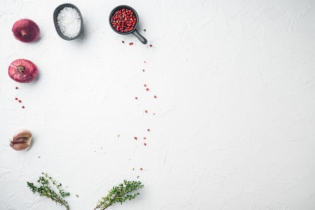 Layout copia spazio, con ingredienti alimentari, su sfondo bianco, vista dall'alto laici piatta con copia spazio per il testo