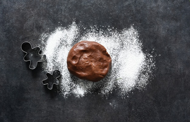 Disposizione degli ingredienti per fare un omino di marzapane. vista dall'alto
