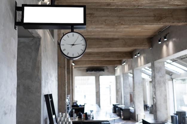 Disposizione in stile loft con interni dai colori scuri