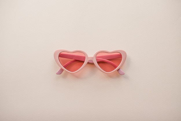 Disposizione bicchieri rosa a forma di cuori