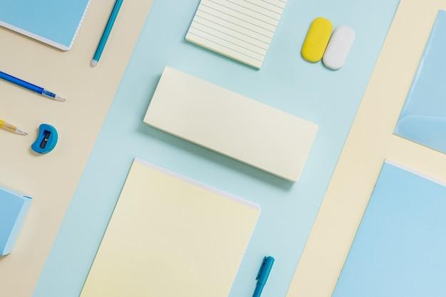 Layout di materiale scolastico quaderni astuccio penne matite gomme da cancellare torna al concetto di scuola