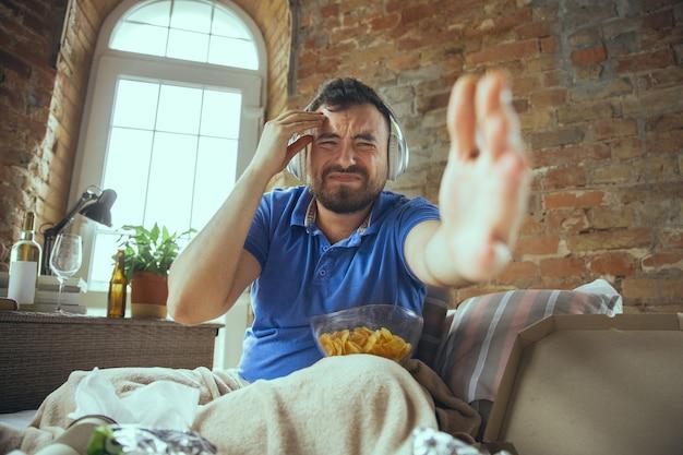 Uomo pigro che vive tutta la vita nel suo letto circondato da disordine