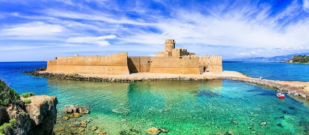 Le castella. isola di capo rizzuto - bellissimo castello medievale nel mare. calabria, italia