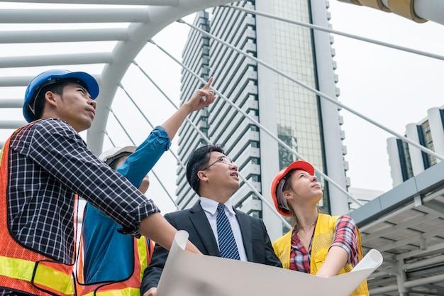 Leader imprenditore incontro con il team di ingegneri parlando di costruzione del progetto rapporto di progressione
