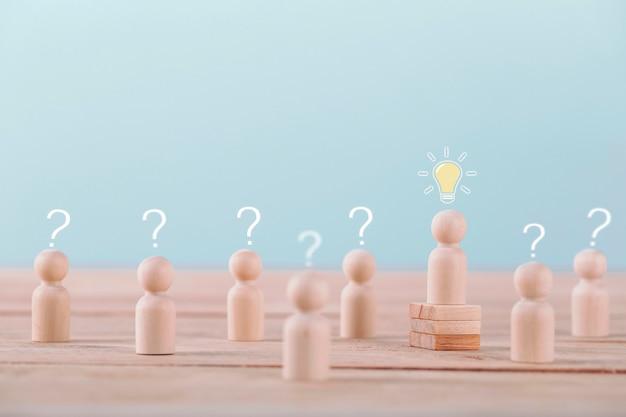 Il leader ottiene una nuova idea di pianificazione e strategia di brainstorming nel gioco di successo della competizione, strategia di concetto e gestione o leadership di successo