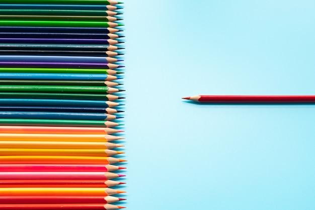 Leadership aziendale concetto. la matita di colore rosso porta la presentazione ad altri colori
