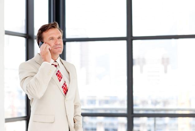 Leadership parlando su un telefono cellulare con copia-spazio
