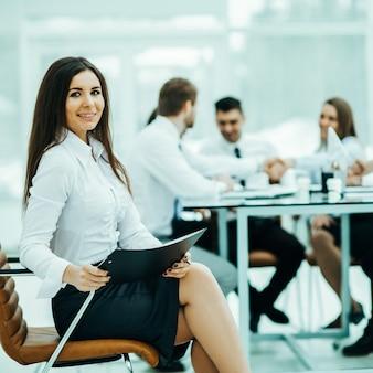 Avvocato leader della società in background, business meeting business partner. la foto ha uno spazio vuoto per il testo.