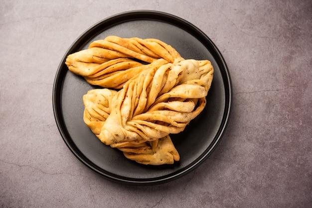 A forma di foglia o laccha mathri o mathiya è uno spuntino per l'ora del tè del rajasthan. è un biscotto fritto a scaglie della regione nord-occidentale dell'india
