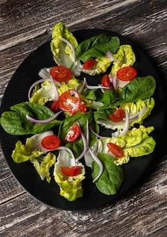 Insalata e pomodori vegetariani in foglia