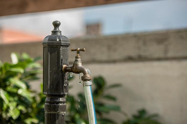 Rubinetto che perde il simbolo del dettaglio delle acque reflue nell'uso domestico