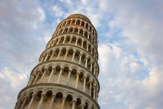 Torre pendente di pisa, italia, con un cielo nuvoloso